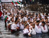 بالصور.. رقص وغناء وبحث عن الصليب فى نهر ببلغاريا فى احتفالات عيد الغطاس