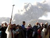"""بالصور.. السياح يلتقطون """"سيلفى"""" مع رماد بركان """"برومو"""" فى إندونيسيا"""
