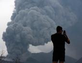 """السياح يلتقطون """"سيلفى"""" مع رماد بركان """"برومو"""" فى إندونيسيا"""