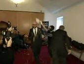 """بالفيديو.. نشطاء يهاجمون رئيس وزراء بلجيكا بـ""""المايونيز"""" ردًا على التقشف"""
