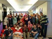 """بابا نويل ومتطوعو مستشفى """"57"""" يسعدون الأطفال المرضى"""