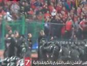 بالفيديو.. ضابط أمن يؤدى التحية لجماهير الأهلى عقب التتويج بالكونفدرالية