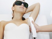 هل يحذر استخدام أشعة الليزر لإزالة الشعر قبل الثامنة عشرة من العمر؟