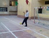 """بالفيديو..موظفو لجنة بالجمالية يلعبون الكرة: """"لو جه ناخب يلعب معانا"""""""