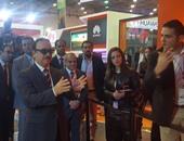 بالصور.. وزير الاتصالات يقوم بتجربة تطبيقات ألعاب 3D بمعرض cairo ict