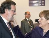 وضع ميركل يديها على خد راخوى يثير الجدل فى الصحافة الإسبانية