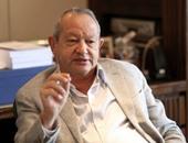 ساويرس: كان الأولى بسفارات أمريكا وبريطانيا الرجوع للأمن المصرى