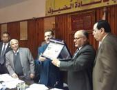 """جامعة الأزهر تكرم """"عبد الحى عزب"""" رئيسها المستقيل"""