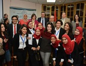 رئيس جامعة عين شمس وعميد كلية الآداب يُسلمان جائزة عمرو الليثى للمتفوقين