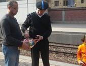 بالصور.. الداخلية توزع حلوى المولد النبوى على الركاب بالسكة الحديد