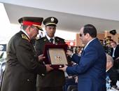 """الرئيس السيسى يتسلم درع معهد """"ضباط الصف"""" فى حفل التخرج"""