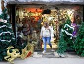 بابا نويل وأشجار الكريسماس يزينان محال وشوارع القاهرة