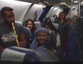 بالفيديو .. شباب يغنى ويعزف داخل طائرة لكسر حالة الروتين