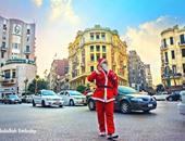 """""""بابا نويل"""" يسعد المواطنين فى شوارع القاهرة ويوزع هدايا بالمترو"""