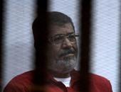 """دفاع """"مرسى"""" بقضية """"إهانة القضاء"""" يطالب بإدخال ملابس شتوية لموكله"""