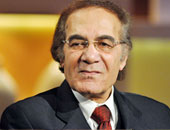 عمرو محمود ياسين ينفى خبر وفاة والده