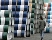 النفط يرتفع بعد أسبوع مضطرب وسط تطمينات سعودية بشأن الإنتاج
