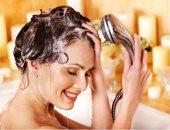 بتعملى أيه غلط وانتى بتغسلى شعرك؟.. أخطاء كل بنت بتقع فيها أثناء الاستحمام