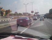 قارئ يرصد سيارة تسير بلوحة أرقام معدنية مطموسة فى صلاح سالم