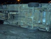 بالأسماء.. إصابة ضابط و5 مجندين فى انقلاب سيارة أمن مركزى بقنا