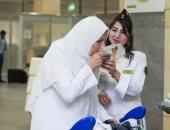بالصور.. الشرطة النسائية تودع الحجاج بالورود والأعلام والكتب الدينية