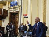 بالفيديو والصور.. على عبدالعال يرفع علم مصر احتفالاً بإقرار بناء الكنائس