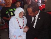 بالصور.. سكرتير محافظة الأقصر ورئيس المدينة يودعان 233 حاجاً وحاجة بالفوج الثالث