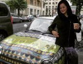 """مى نور الشريف تلتقط صورة مع سيارة فى لندن.. وتعلق: """"ذكرتنى بوالدى"""""""