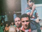 صورة نادرة لمحمد عبد الوهاب يحمل أحد الأطفال وكأس أمم أفريقيا