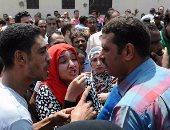 """بالفيديو والصور.. الشرطة تفتح طريق كورنيش النيل بعد قطعه بسبب """"لبن الأطفال"""""""