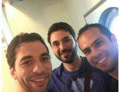 عالمى كرة اليد يلتقط صورة مع أحمد عز