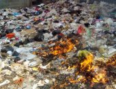 بالصور.. أهالى الوراق يشكون من حريق أتلال القمامة أمام منازلهم