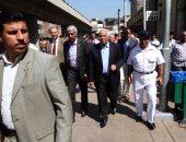 بالفيديو والصور.. وزير النقل يستقل قطار الصعيد العادى من محطة الجيزة ويتجول بين الركاب