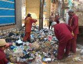 حى الساحل يزيل تراكمات القمامة بشارع أحمد حلمى والترعة البولاقية