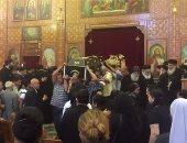 بالفيديو..الأنبا مكاريوس يصلى الجنازة على جثمان شقيقه