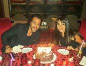 يوسف الشريف فى احتفال كلاسيكى بعيد ميلاده الـ38 مع زوجته