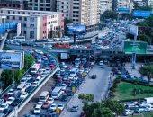 توقف حركة المرور أعلى كوبرى أكتوبر بسبب حادث تصادم سيارتين