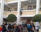 تداول صور لتلاميذ مدرسة بالمنصورة يتسلقون مواسير المياه لحجز مقاعد مميزة