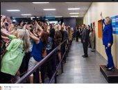 """مؤيدو كلينتون يلتقطون """"سيلفى"""" جماعى معها قبل المناظرة الأولى مع ترامب"""