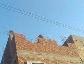 بالصور.. أسلاك الضغط العالى عاريةً أمام منازل شارع السهريج بقنا