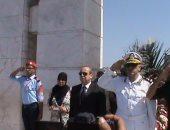 محافظ دمياط ومدير الأمن يضعان أكاليل الزهور على النصب التذكارى للجندى المجهول
