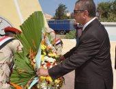 محافظ كفر الشيخ يضع أكليل الزهور على النصب التذكارى