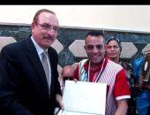ذوى الإعاقة تكرم محرر اليوم السابع ومحافظ بنى سويف يسلمه ميدالية تذكارية وشهادة تقدير