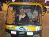 """بالصور..قصة تلميذة عمرها 9 سنوات تعمل على """"توك توك"""" فى كفر الشيخ"""