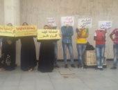 بالصور.. تجمهر عشرات المستأجرين أمام محافظة الدقهلية  إعتراضاً على هدم محلاتهم