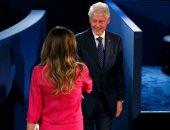 """بيل كلينتون وزوجة """"ترامب"""" يصلان مقر المناظرة الثانية بين هيلارى ودونالد"""