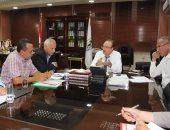 محافظ بنى سويف يناقش تحسين مشروعات الصرف الصحى