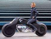 بالصور.. BMW تكشف عن مفهوم دراجة نارية ذكية يمكن قيادتها بدون خوذة