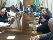 محافظ القليوبية يجتمع مع ممثلى الفلاحين لحل أزمة جفاف الترع وتطهيرها