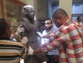 بالصور.. تغليف تمثالى الملك توت عنخ آمون تمهيدا لنقلهما للمتحف الكبير